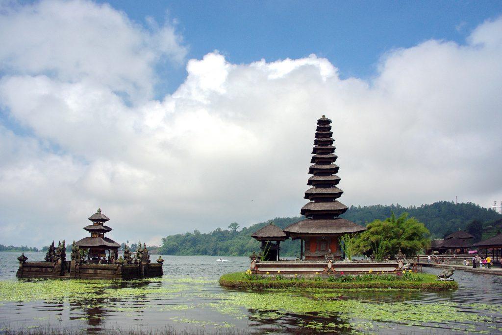 Danau Beratan Bedugul tempat wisata di bali yang paling populer tahun 2020